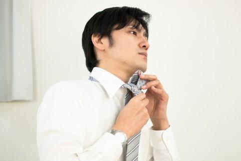 ネクタイをする男性