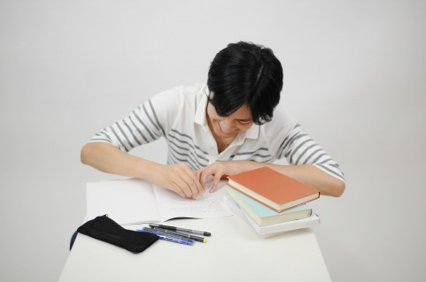 勉強をする男性