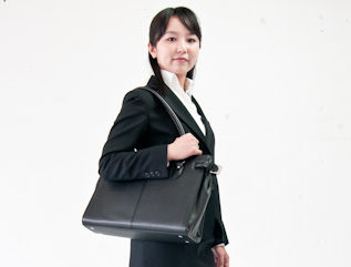 鞄を持った女性