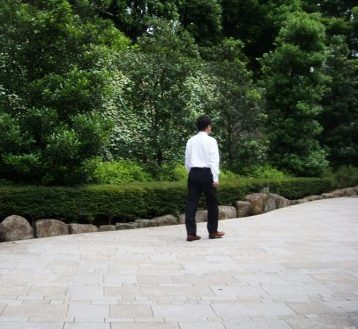 公園を歩くサラリーマン
