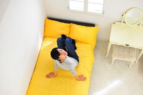 ベッドで寝る男性
